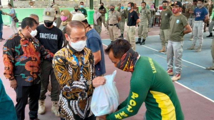 Bupati Majalengka Beri Bantuan Sembako, Minta Satpol PP Gencar Sosialisasikan Protokol Kesehatan