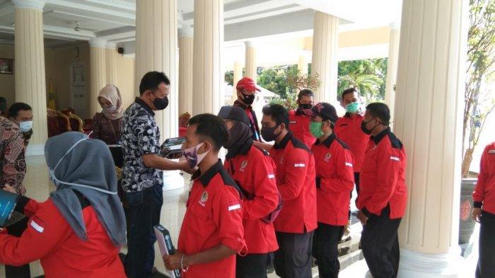 Para Petugas Kebersihan Majalengka Mendapat Sembako Langsung dari Bupati Karna Sobahi