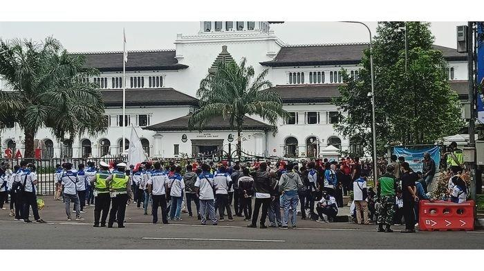 Seratusan Buruh Demo THR di Depan Gerbang Gedung Sate, Tolak THR Dicicil
