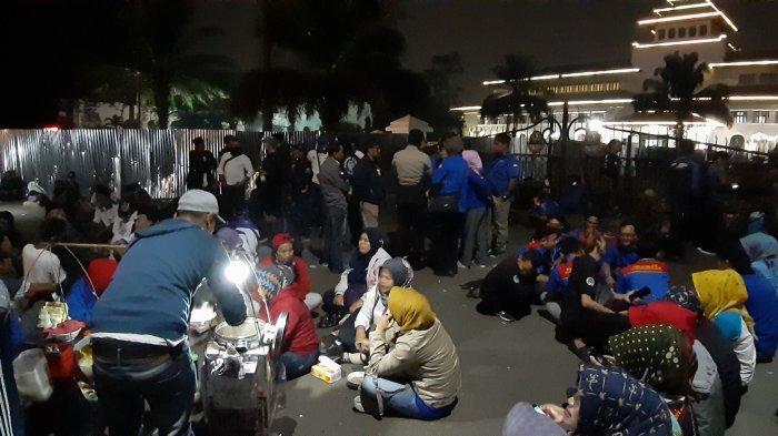 Buruh Kecewa Terhadap Gubernur Jabar Ridwan Kamil, Tunggu di Depan Gedung Sate, Minta SK UMK 2020