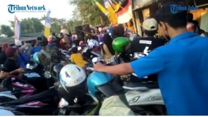 Akses Jembatan Diblokir Warga Desa Gintungkerta, Buruh Perempuan PT Changsin Panjat Pagar