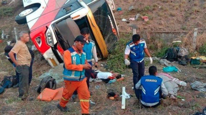 BREAKING NEWS - Bus Kramat Djati Terperosok di Jalan Tol Surabaya-Mojokerto, Ada Korban Tewas