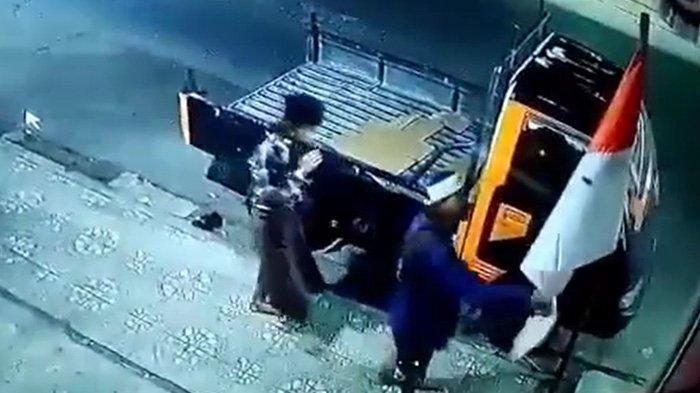 Aksi Empat Pemuda Mencabuti Bendera Merah Putih di Garut Terekam CCTV, Netizen Geram