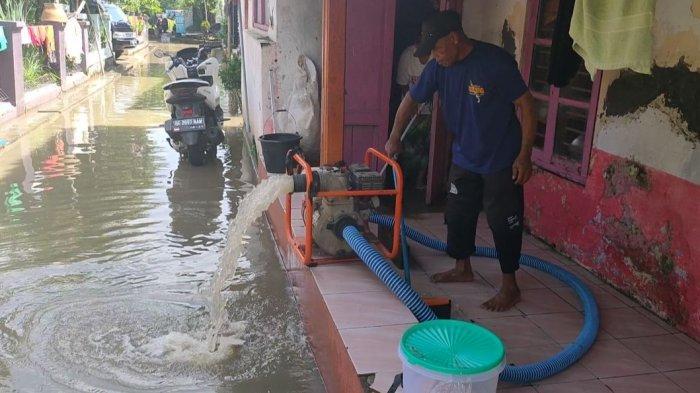 Rumahnya di Desa Leuweunghapit Terendam Banjir, Caruni Pinjam Mesin Pompa Untuk Keluarkan Air