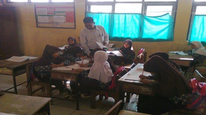 Cerita Wijoyo yang Setia Jadi Guru Honorer di Indramayu, Sekolahkan 3 Anak dengan Gaji Rp 500 Ribu