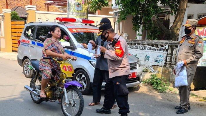 Emak-emak Pakai Motor Cross di Indramayu Terjaring Razia Petugas, Ketahuan Tak Pakai Masker dan Helm