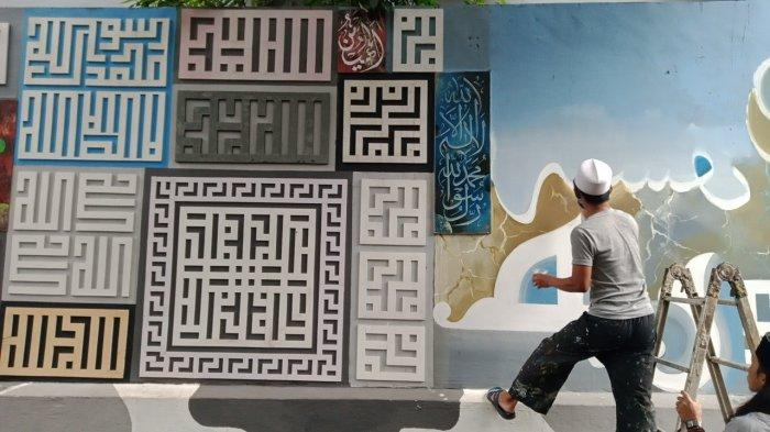 Kaligrafi Berisi Dakwah dan Pesan-pesan Kebaikan Hiasi Dinding Rumah dan Gang di Bandung