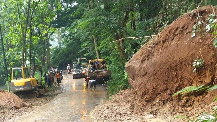 Dandim 0615/Kuningan Tinjau Langsung Bencana Longsor di Blok Cidangdeur, Kecamatan Garawangi