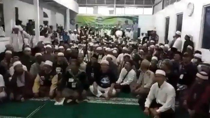 Front Persaudaraan Islam (FPI) menggelar deklarasi di wilayah Kabupaten Bandung Barat (KBB) dengan diikuti sejumlah massa yang didominasi memakai pakaian berwarna putih.