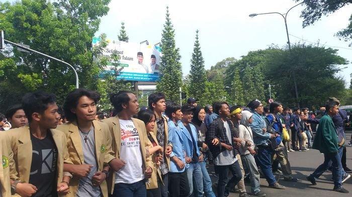 Ribuan Mahasiswa se-Bandung Raya Berunjuk Rasa di Depan Gedung DPRD Jabar Tolak 4 RUU