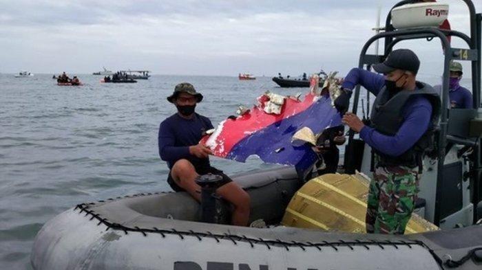 Tim SAR Gabungan dari Detasemen Jalamangkara (Denjaka) TNI AL menemukan serpihan pesawat Sriwijaya Air di antara pulau Laki dan Pulau Lacang Perairan Kepulauan Seribu, Jakarta, Minggu (10/01/2021) pagi.(Dok. Denjaka TNI AL)