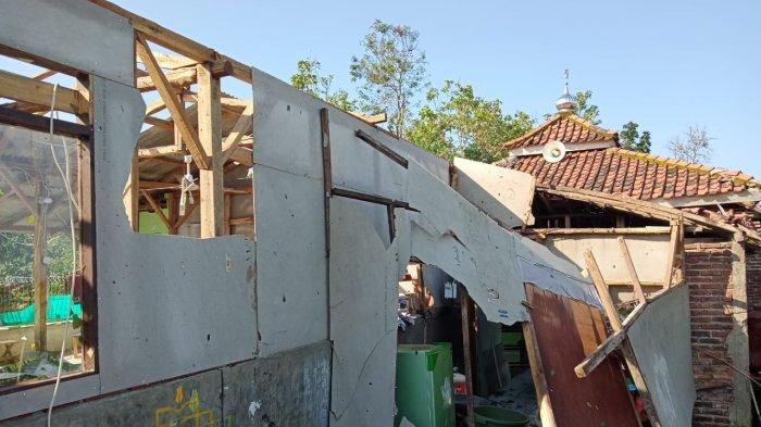 Detik-detik Angin Puting Beliung Sapu Rumah Warga di Indramayu, Berawal dari Hujan Deras