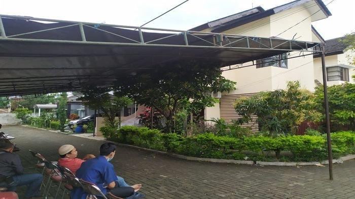 Suasana di depan rumah korban, Dewi Romlah, berusia sekira 80 tahunan, di Kompleks Buana Cigi Regency di Kelurahan Sekejati, Kecamatan Buahbatu Kota Bandung sudah dipasang tenda, Jumat (19/2/2021). Korban ditemukan tewas di rumahnya pada Kamis (18/2/2021) malam.