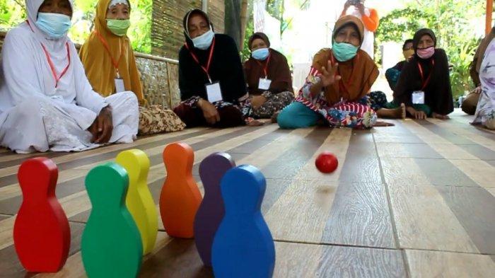 Keseruan Nenek-nenek Ikutan Lomba Permainan Anak Saat Peringatan Hari Lansia Nasional di Indramayu