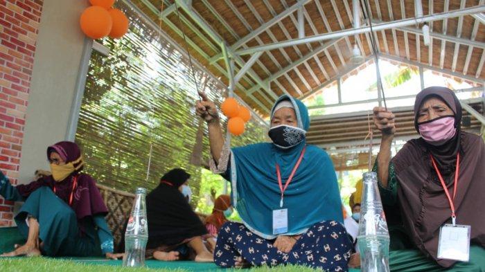 Peringatan Hari Lansia Nasional di Taman Lansia Binaan Rumah Zakat di Desa Tegalurung, Kecamatan Balongan, Kabupaten Indramayu, Senin (31/5/2021).