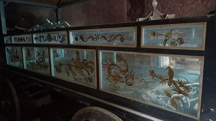 Kereta jenazah kuno di Vihara Dharma Rahayu Indramayu, Minggu (7/3/2021).