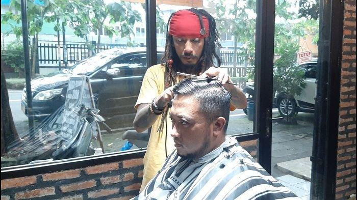 Jack Sparrow KW Asal Cirebon Sudah Keliling Dunia Jadi Tukang Cukur