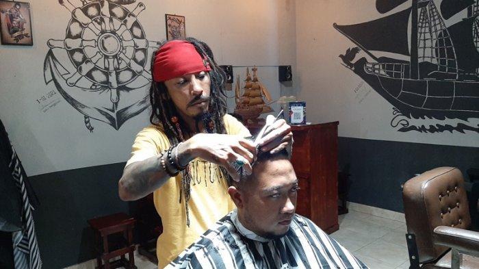 Tukang Cukur di Cirebon Berpenampilan Seperti Jack Sparrow Sejak 4 Tahun Lalu, Ini Ceritanya