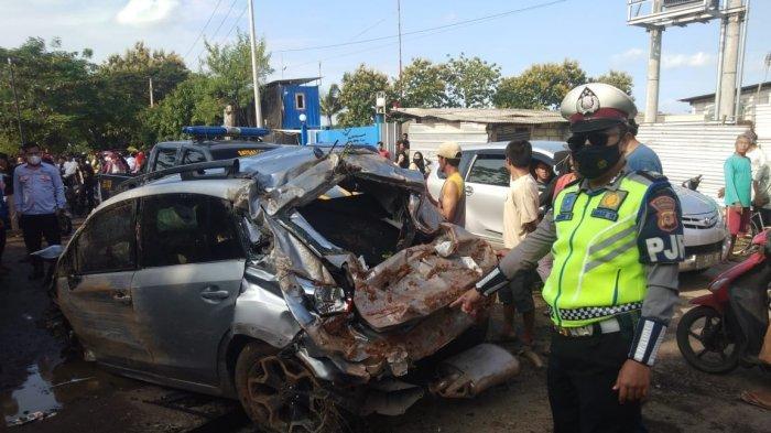 Diduga ditabrak dari belakang, sebuah minibus terjatuh dari Tol Cipali ke jalur arteri di Desa Panjalin Lor, Kecamatan Sumberjaya, Kabupaten Majalengka, Minggu (21/2/2021).