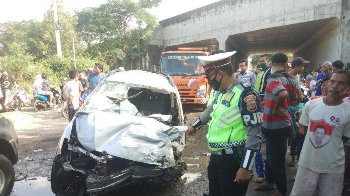 Minibus Terjatuh dari Atas Jembatan Tol Cipali KM 180, Diduga Ditabrak dari Belakang, Sopir Selamat