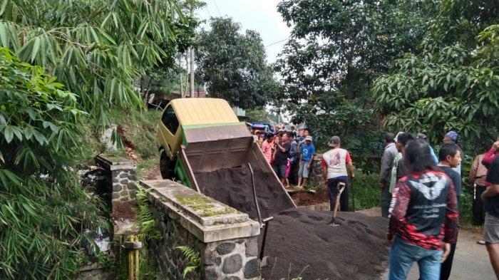 Diduga Sudah Lapuk, Jembatan Penghubung Dua Desa di Majalengka Ambruk, Akses Terputus Total