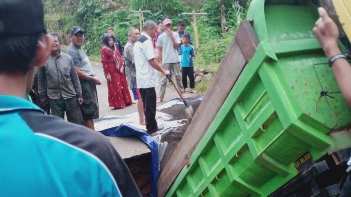 Situasi jembatan penghubung dua desa di Kecamatan Malausma, Kabupaten Majalengka yang ambruk karena faktor usia
