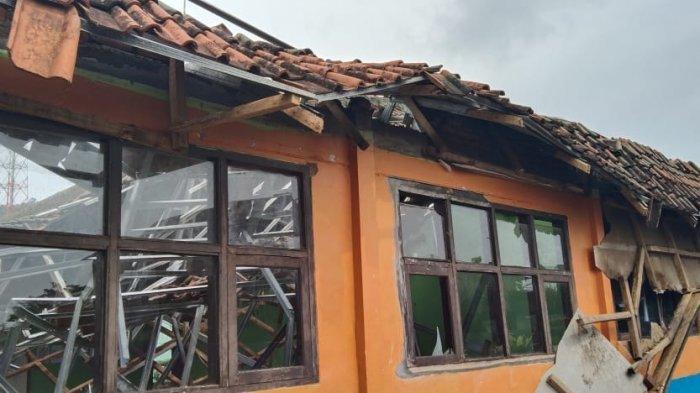 Diterjang Hujan Deras Atap Ruang Kelas MTsN 11 Ciamis Ambruk, Ruang Guru dan TU Juga Terancam Ambruk