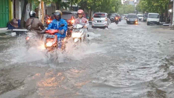 Diguyur Hujan Deras Sejak Semalam, Sejumlah Jalan Protokol di Pusat Kota Indramayu Digenangi Banjir