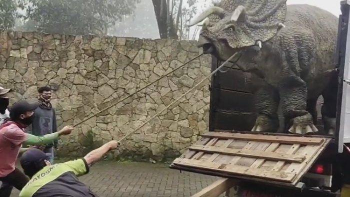 Seorang Pria Tewas di Dalam Patung Dinosaurus, Diduga Mau Ambil HP yang Terjatuh lalu Dia Terjepit