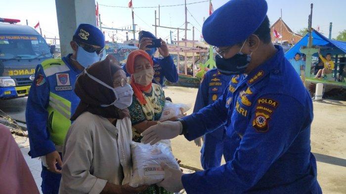 Ada Wabah Corona, Ditpolairud Polda Jabar Bagikan Ratusan Paket Sembako ke Tujuh Desa