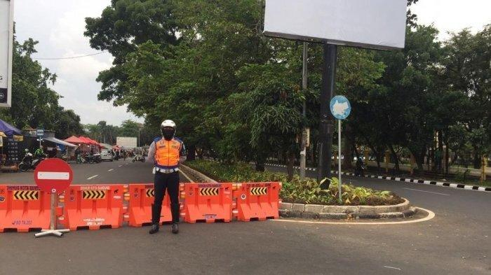 Polisi Lempar Barier kepada Pengendara Bandel yang Memaksa Masuk Saat Penutupan Jalan di Bandung