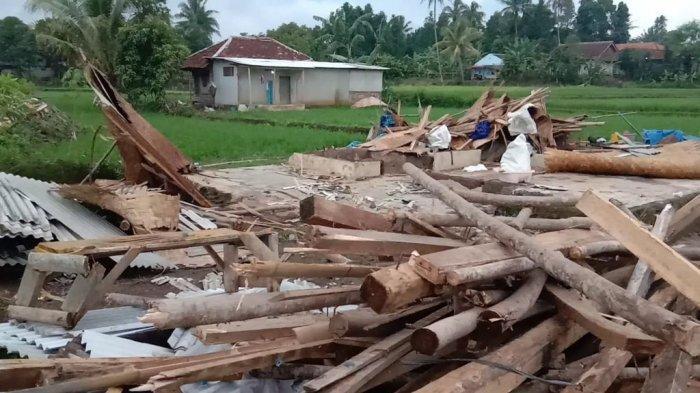 Parman Sekeluarga Kaget & Lari Menyelamatkan Diri, Rumahnya Ambruk Diterjang Angin Kencang