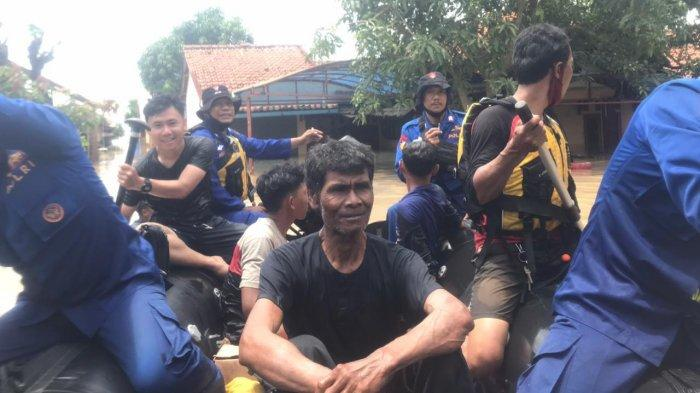 Ditpolairud Polda Jabar Evakuasi Warga Terdampak Banjir Pamanukan Subang ke Masjid dan Balai Desa