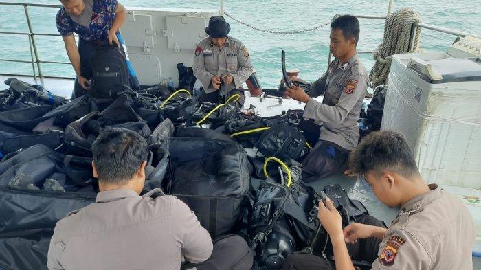 Tim selam Ditpolairud Polda Jabar saat mempersiapkan peralatan menyelam untuk membantu evakuasi pesawat Sriwijaya Air SJ 182 di perairan Kepulauan Seribu, Selasa (12/1/2021).