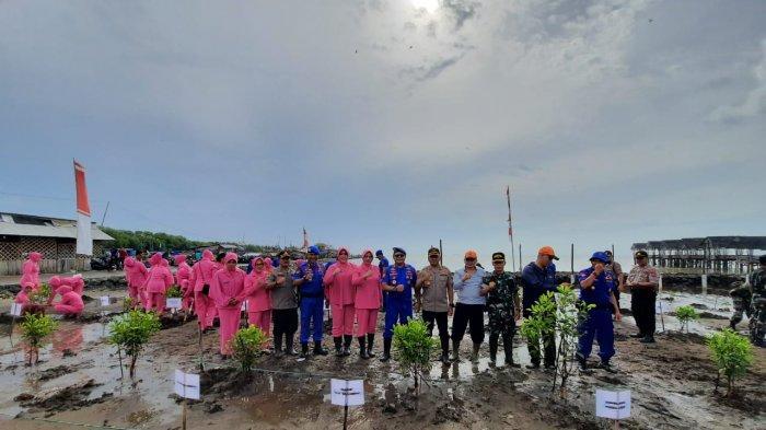 Ditpolairud Polda Jabar Tanam 2000 Mangrove di Pantai Karangsong Indramayu