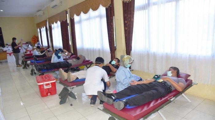 Ratusan Personel Polresta Cirebon Ikuti Kegiatan Donor Darah, Tetap Terapkan Physical Distancing