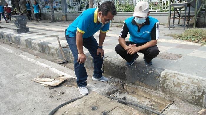 Jelang Musim Hujan, DPUTR Kota Cirebon Bersihkan Drainase Ruas Jalan Rawan Banjir