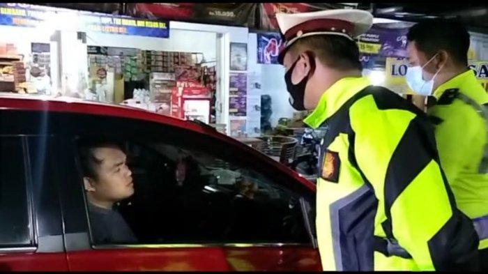 Diminta KTP dan SIM, Driver Online Pakai Mobil Pelat BMarah-marah ke Petugas Penyekatan di Kuningan