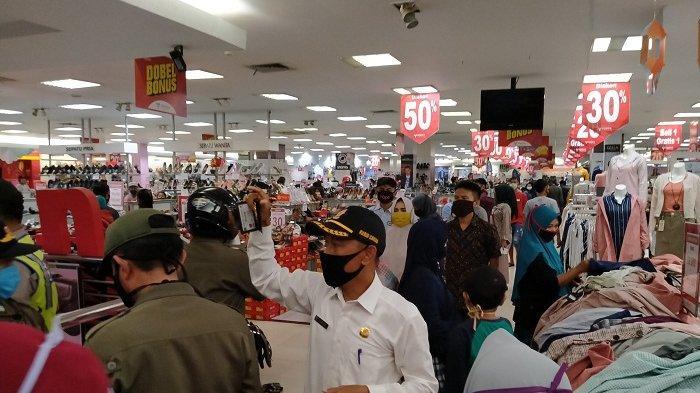Ribuan Pengunjung yang Tengah Belanja Berhamburan Saat Penggerebekan Dua Toko Busana di Indramayu