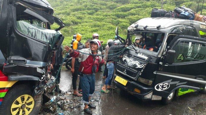 Dua Mobil Elf Adu Banteng di Jalan Raya Sumadra Garut, Dua Sopir Terjepit Mobil Ringsek