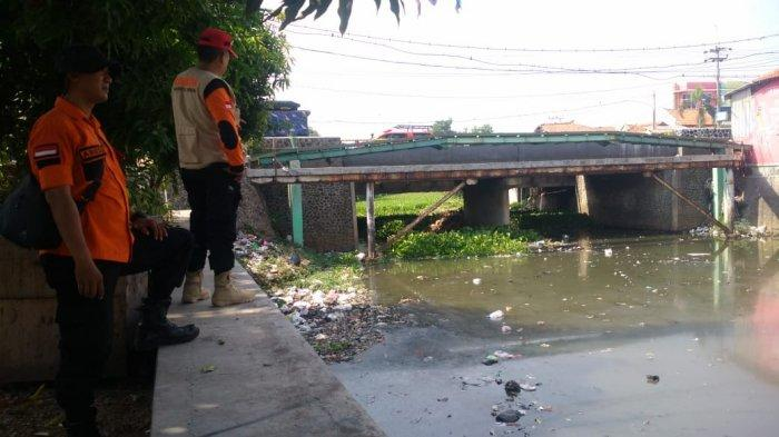 Personel Gabungan Turun Langsung Mencabut Eceng Gondok Yang Menutupi Sungai Cipager