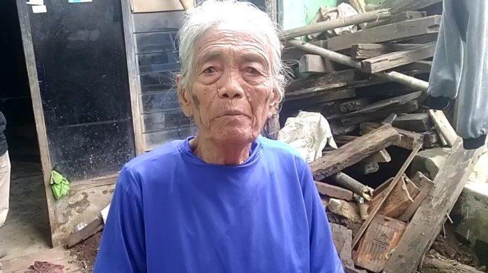 Tinggal di Rumah Tak Layak Huni & Sering Banjir, Nenek 76 Tahun Rawat Cucunya yang Gangguan Mental