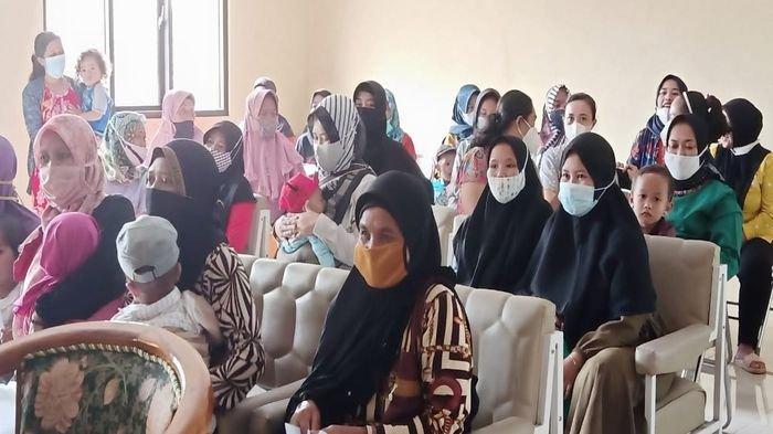 Tak Terdaftar Penerima Bansos, Puluhan Emak-emak di Cikijing Majalengka Geruduk Kantor Desa