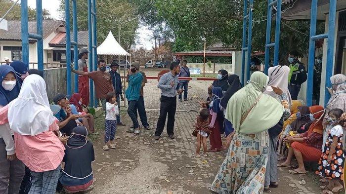 BREAKING NEWS - Emak-emak di Indramayu Geruduk Kantor Pertamina Indramayu, Protes Tak Dapat Bantuan