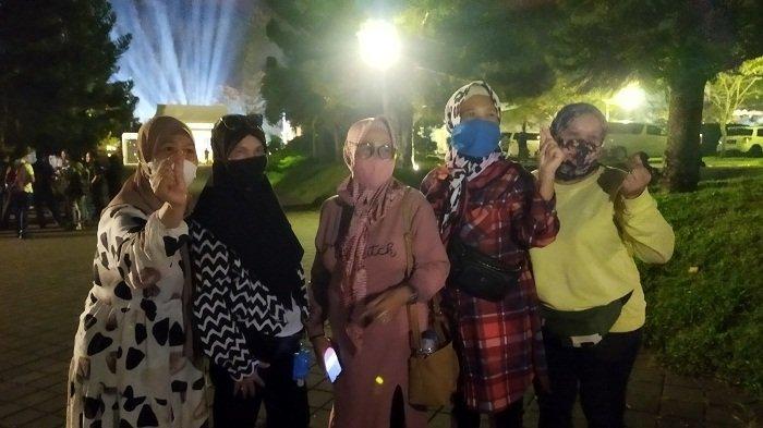 Emak-Emak Rela Menunggu Lamaran Lesti dan Rizki Billar di Luar Gedung dari Siang hingga Malam