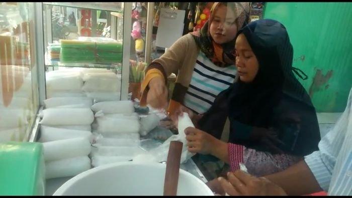 Berkah Ramadan, Wanita Penjual Es Geroyak di Majalengka Raup Untung Berkali-kali Lipat