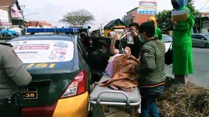 Dramatis, Seorang Ibu Hamil Dievakuasi dari Mobil Ambulans Yang Patah Per, Dibawa Mobil Polisi ke RS