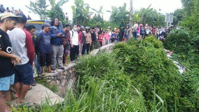 Evakuasi Korban Pembunuhan Jadi Tontonan Warga, Walaupun Bau Menyengat tapi Penasaran Ingin Melihat