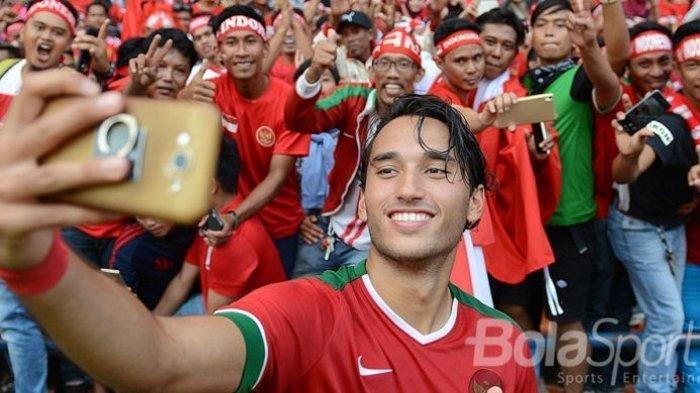 Ezra Walian saat berswafoto dengan pendukung Timnas Indonesia