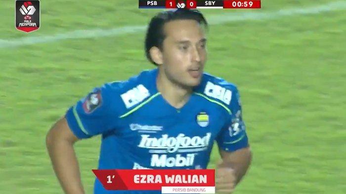Penyerang Persib Bandung, Ezra Walian, seusai mencetak gol cepat pada detik ke 38.
